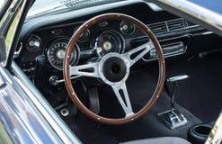 Interno d'annata dell'automobile sportiva del motore Fotografie Stock Libere da Diritti