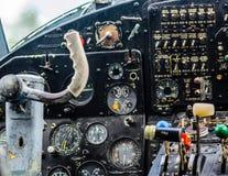 Interno d'annata della cabina di pilotaggio dell'aeroplano Immagini Stock