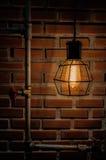 Interno d'annata della casa della decorazione di illuminazione di lampadina con il backgrbrick della parete del blick fotografie stock libere da diritti