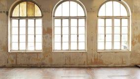 Interno d'annata industriale con luce intensa che viene attraverso le finestre fotografie stock libere da diritti