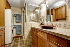 Interno del bagno con area della lavanderia Fotografia Stock