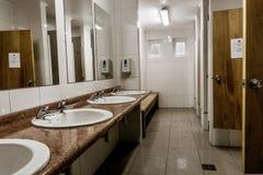 Interno del bagno con i sincs multipli immagine stock libera da diritti