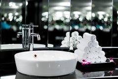 Interno del bagno con il rubinetto del lavandino e l'asciugamano bianco dentro uff fotografia stock libera da diritti