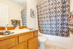 Interno del bagno decorato con gli asciugamani e la tenda Immagine Stock