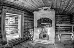 Interno del bagno di legno russo tradizionale con il forno del mattone fotografie stock libere da diritti