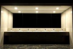 Interno del bagno e della toilette pubblica con il lavabo Rubinetti con dei lavandini nella stanza della toilette pubblica Lavand fotografia stock libera da diritti