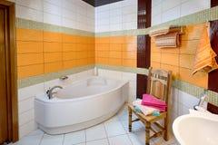 Interno del bagno nei toni arancio Fotografia Stock Libera da Diritti