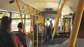 Interno del bus con i passeggeri archivi video