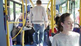 Interno del bus con salire dei passeggeri video d archivio