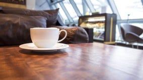 Interno del caffè della caffetteria con caffè sulla tavola Fotografie Stock