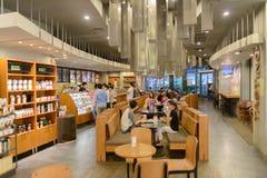Interno del caffè di Starbucks Immagini Stock Libere da Diritti