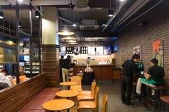 Interno del caffè di Starbucks Fotografie Stock Libere da Diritti