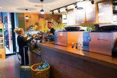 Interno del caffè di Starbucks Fotografia Stock