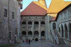 Interno del castello medievale di Corvin fotografie stock libere da diritti