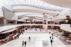 Interno del centro commerciale dei viali nel Kuwait Immagine Stock