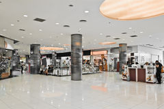 Interno del centro commerciale moderno Immagini Stock