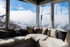Interno del chalet alpino che esamina le montagne immagine stock libera da diritti