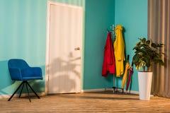 interno del corridoio con la poltrona blu immagine stock
