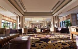 Interno del corridoio dell'hotel con i sofà accoglienti ed i tavolini da salotto Fotografia Stock Libera da Diritti