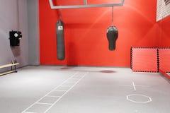 Interno del corridoio di pugilato in un centro di forma fisica moderno Immagini Stock Libere da Diritti