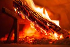 Interno del forno infornato di legno del mattone con il ceppo di combustione Fotografia Stock