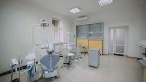 Interno del gabinetto dentario moderno con più nuova attrezzatura archivi video
