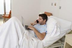 Interno del hombre de negocios como paciente en la enfermedad y el trabajo sufridores del hospital felices y relajados en la cama foto de archivo libre de regalías
