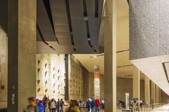 Interno del museo commemorativo 9-11 nazionale con il resti del fondamento di WTC e gli ultimi resti della colonna fotografia stock libera da diritti