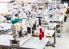 Interno del negozio della fabbrica dell'indumento immagine stock