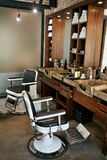 Interno del negozio di barbiere Salone di capelli di bellezza degli uomini con la sedia antica Immagini Stock