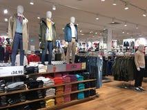 Interno del negozio di UNIQLO, Londra fotografie stock