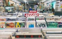 Interno del negozio del disco di musica con gli scaffali pieni del reco d'annata del vinile immagine stock libera da diritti