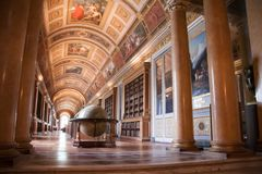Interno del palazzo di Fontainebleau Galleria di Diana con un grande globo fotografie stock libere da diritti