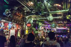 Interno del pub famoso di rovina di Szimpla Kert a Budapest, quarto ebreo W fotografia stock