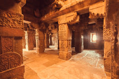 Interno del punto di riferimento di architettura, tempio indù in Pattadakal, India Luogo del patrimonio mondiale dell'Unesco fotografia stock