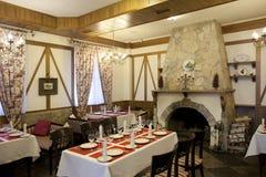Interno del ristorante con il camino Fotografie Stock Libere da Diritti