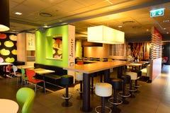 Interno del ristorante di McDonald's Immagini Stock
