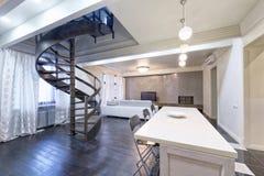Interno del salone in casa moderna Immagine Stock
