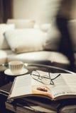 Interno del salone con caffè ed il libro Immagine Stock