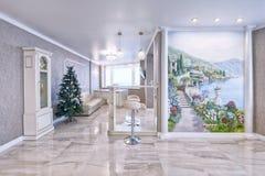 Interno del salone in un appartamento spazioso nei colori luminosi Immagine Stock