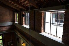 Interno del sottotetto in casa duplex fotografia stock libera da diritti