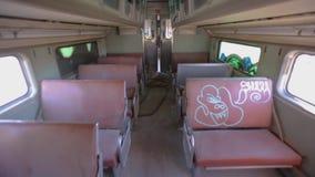Interno del treno abbandonato con la scossa di macchina fotografica archivi video