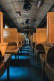 Interno del treno diesel tailandese che ha costruito nello XX secolo con i sedili di legno e senza aria condizionata Fotografia Stock