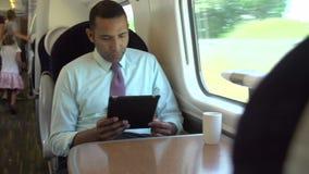 Interno del treno pendolare occupato con le persone di affari archivi video