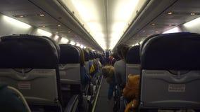Interno dell'aeroplano con i passeggeri sui sedili video d archivio