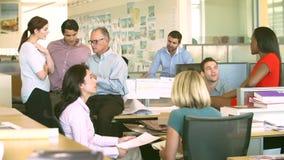 Interno dell'agenzia occupata di progettazione con funzionamento del personale archivi video