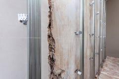 Interno dell'appartamento con i materiali durante sulla costruzione, il ritocco, la ricostruzione ed il rinnovamento fotografie stock