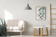 Interno dell'appartamento con il sofà beige Fotografie Stock