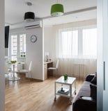 Interno dell'appartamento moderno nello stile scandinavo fotografia stock