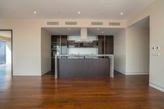 Interno dell'appartamento vuoto, ampia stanza con la cucina Immagini Stock Libere da Diritti